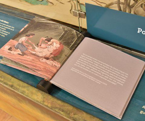 Libro de tela con historia de la lana en Museo Regional de Aysén